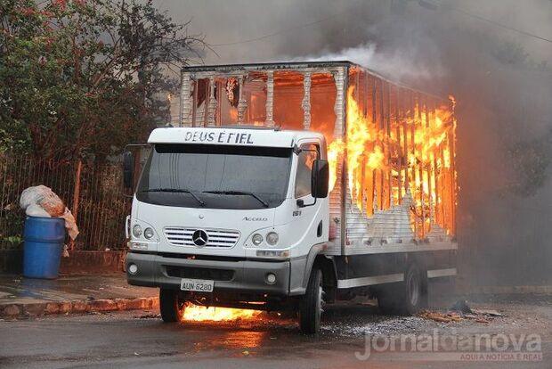 Caminhão carregado de doces é destruído por incêndio em Nova Andradina