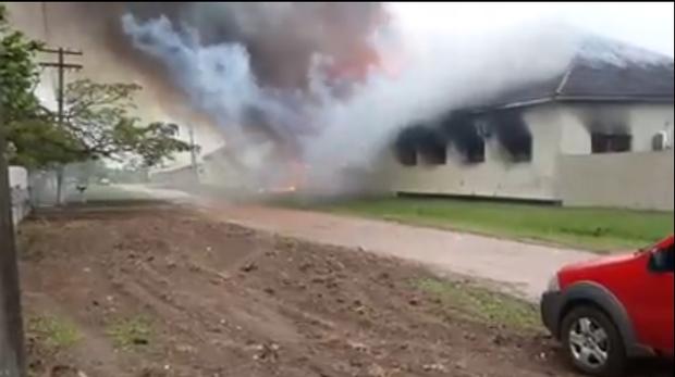 Incêndio em quartel faz coluna de fumaça de 100 metros de altura e assusta população