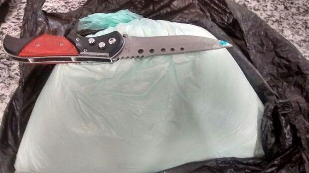 Boliviano de 23 anos é flagrado com um quilo de cocaína