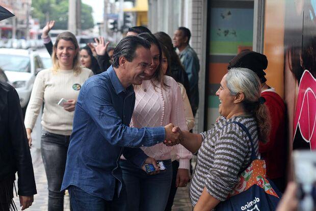 Na chuva, Marquinhos caminha no centro para discutir como impulsionar região