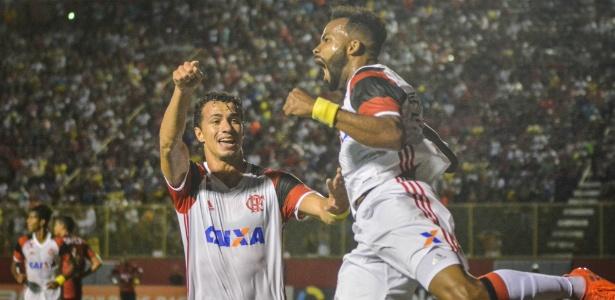 """Flamengo vence o Vitória e """"cola"""" no líder Palmeiras no Brasileirão"""