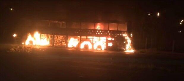 Ônibus de dupla sertaneja é incendiado em Ribeirão das Neves