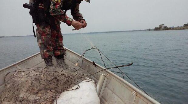 Polícia Ambiental retira um quilômetro de rede de pesca em rio de MS