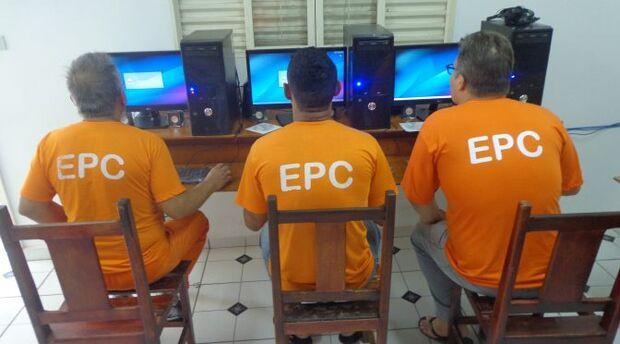 Presídio de Corumbá recebe doação de computadores para implementação de cursos