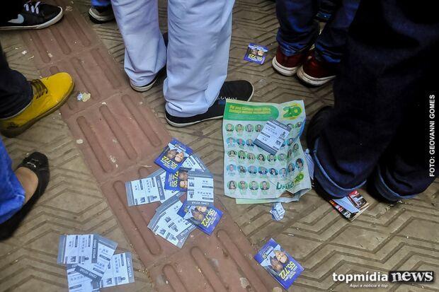 Em plena campanha, população resiste a pegar santinhos e descarta material no chão