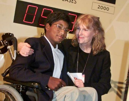Filho adotivo de Mia Farrow comete suicídio nos EUA