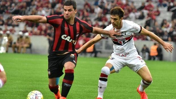 Atlético-PR supera o São Paulo na Arena da Baixada com escorregão de Denis