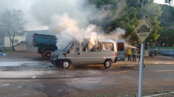 Van com equipe de campanha de Geraldo Resende pega fogo