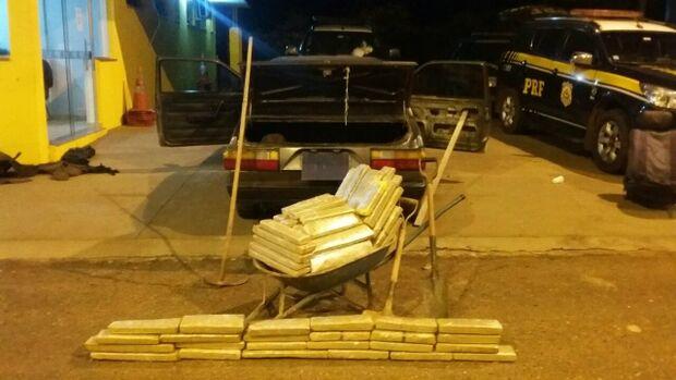 Pintor é flagrado com 100 quilos de maconha em fundo falso de veículo