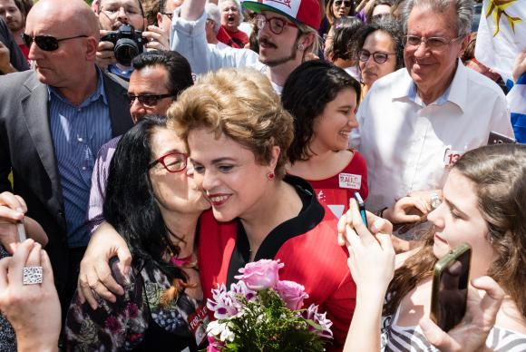 Ida de Dilma a local de votação em Porto Alegre provoca tumulto