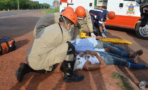 Queda de moto deixa duas pessoas feridas na BR-359