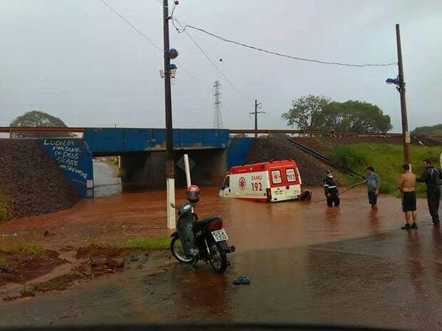 Ambulância do Samu fica presa em túnel alagado em cidade de MS