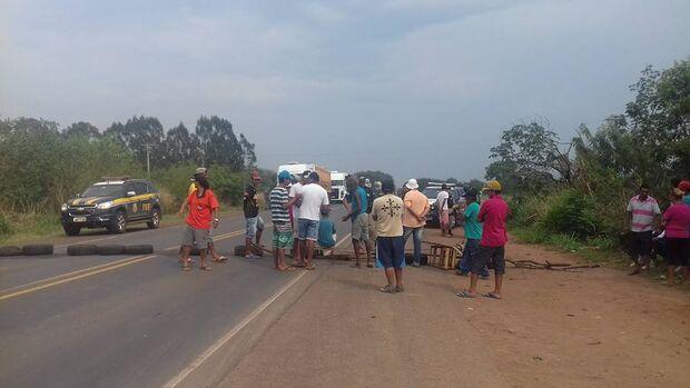 Sem receber, cerca de 50 pessoas bloqueiam a BR-262 em Campo Grande