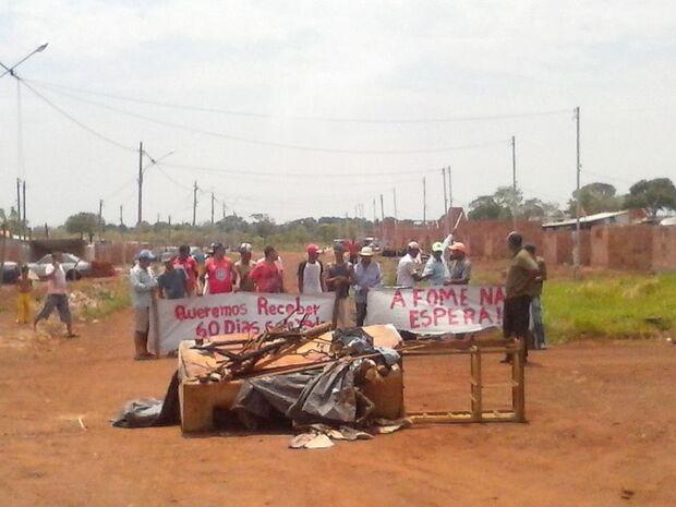 Sem pagamento há dois meses, construtores de casas do Bom Retiro fazem protesto