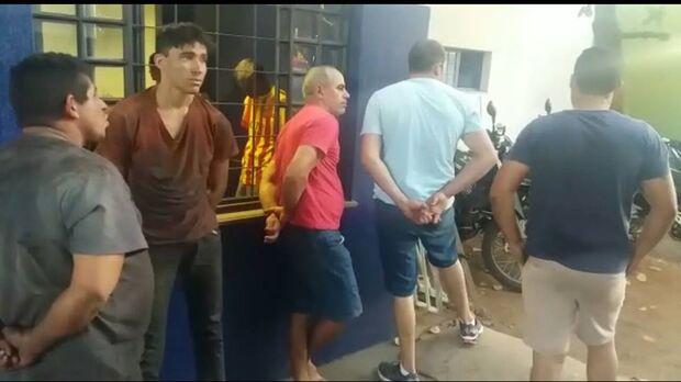 Cinco homens são detidos com caminhões roubados e mais de 70 mil