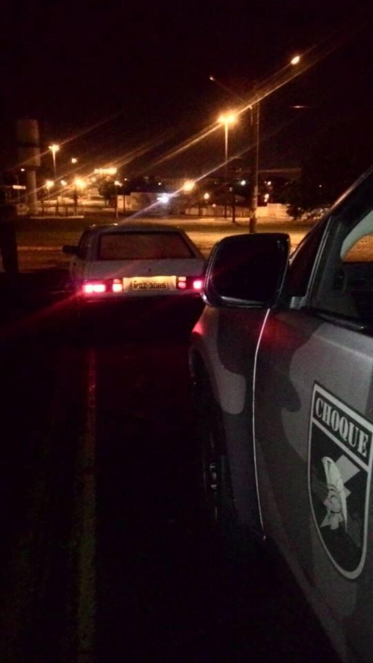 Homem deixa carro estacionado por 15 minutos e veículo é furtado