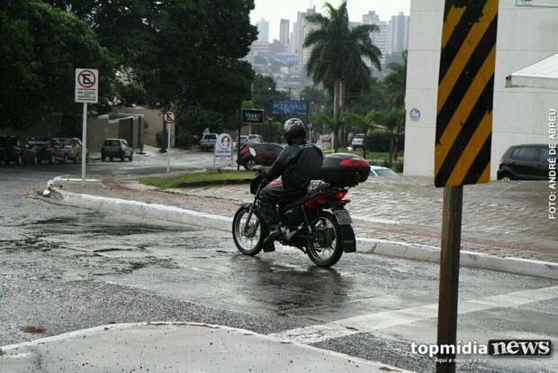 Apesar de forte, chuva não causa estragos na cidade, segundo a Defesa Civil