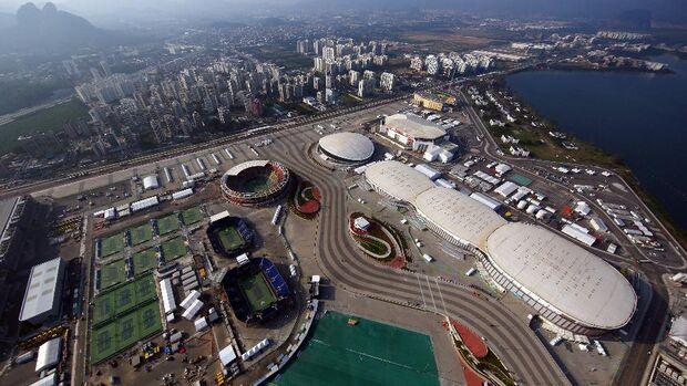 Funcionários de arenas olímpicas protestam em frente ao Comitê Rio 2016