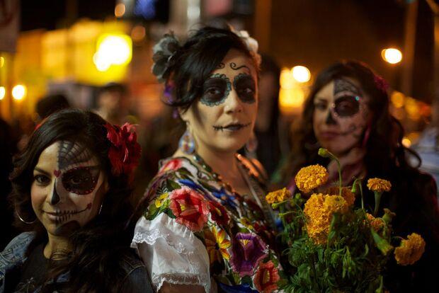 Na antiga rodoviária, tradição mexicana do Dia dos Mortos revive espaço com bandas e fantasias
