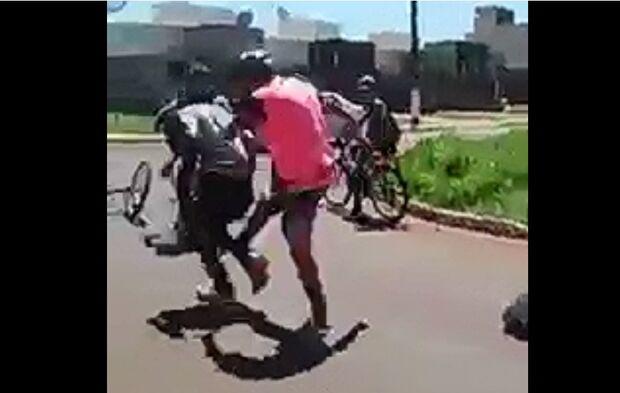 Vídeo: adolescente de 14 anos é agredido por rapazes na saída de escola em MS