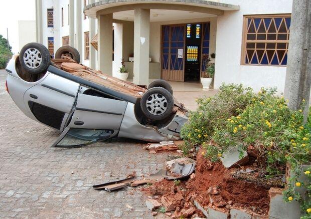 Mulher perde controle de veículo e capota na área central de Nova Andradina