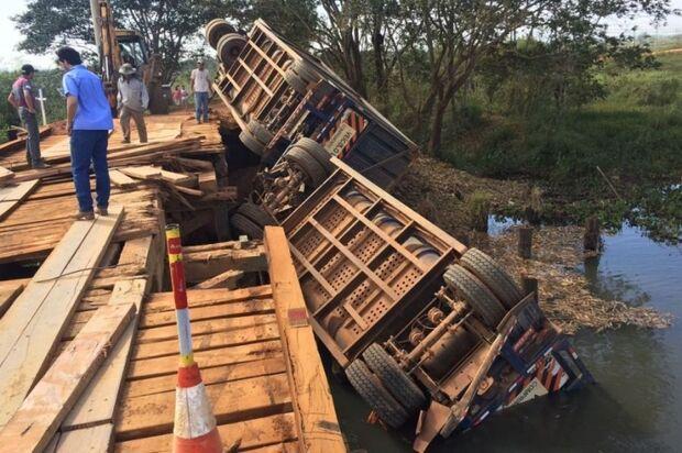 Ponte quebra e caminhão carregado de cana-de-açúcar cai em rio em Batayporã