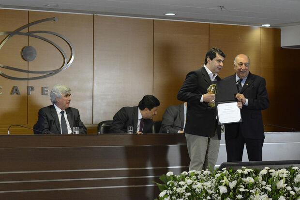 Nos 65 anos da CAPES, Pedro Chaves entrega Prêmio Anísio Teixeira