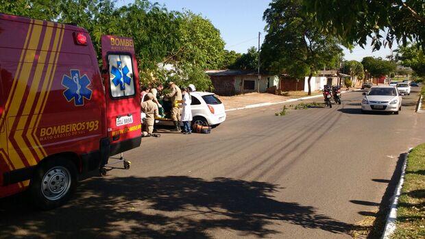 Motorista dorme ao volante e colide em árvore na Capital