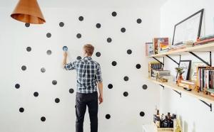 Adesivos são opção fácil e barata para dar cara nova às paredes de casa