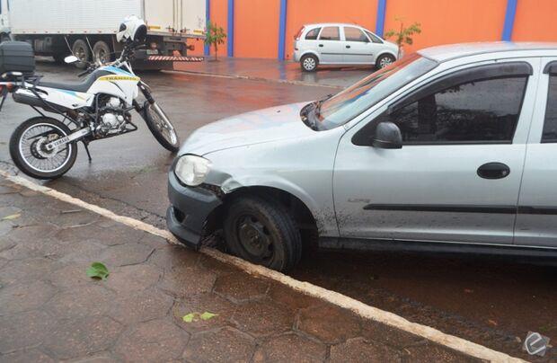 Adolescente pega carro escondido e se envolve em acidente em Coxim
