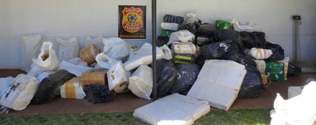 PF prende casal levando 3 toneladas de maconha escondidas em carga de milho