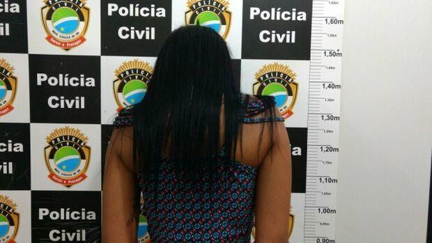 Durante 'batida' em festa, polícia encontra arma em bolsa de mulher