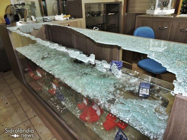 Bandidos invadem joalheria e deixam prejuízo de aproximadamente R$ 100 mil