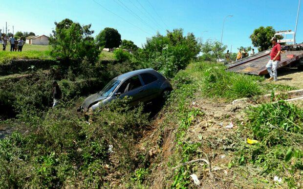 Motorista perde controle do carro e cai com a esposa em córrego