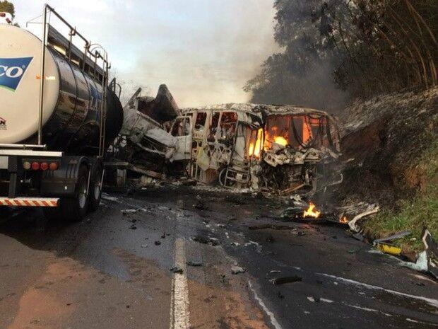 Acidente com ônibus deixa 20 mortos e vários feridos no Paraná
