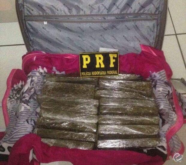 Universitária é presa pela PRF transportando mais de 24 kg de maconha em mala