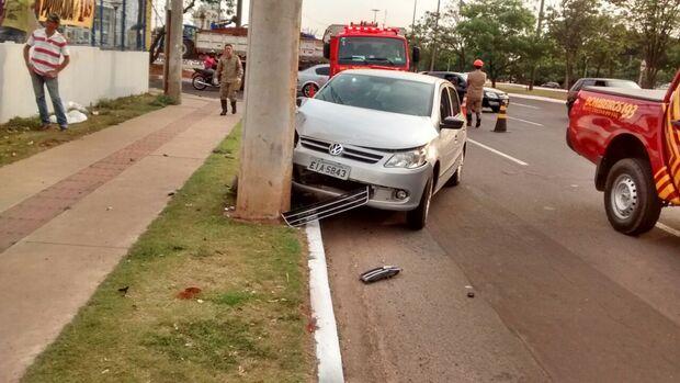 Condutor perde controle e bate carro em poste na Capital