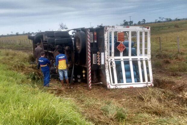 Caminhão carregado com gás de cozinha perde controle e tomba na MS-480