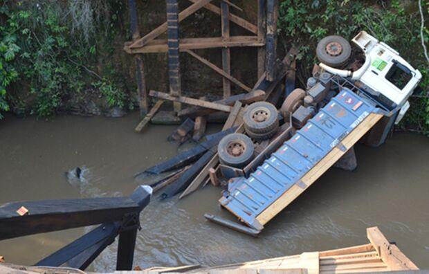 Ponte de madeira cede e caminhão caçamba vai parar dentro do Rio Coxim