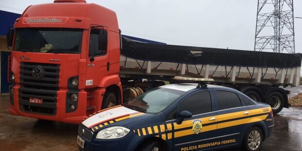 PRF recupera carreta roubada em MG e que seguiria até o Paraguai