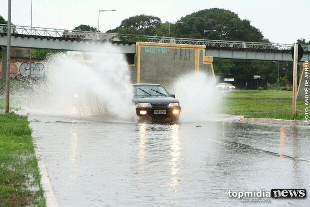 Com ventos de até 50 quilômetros por hora, chuva assusta em Campo Grande