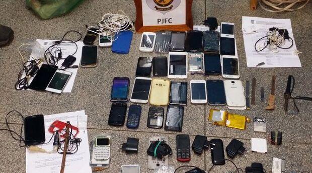 Em dois dias, agentes penitenciários apreendem 31 celulares e drogas na Máxima
