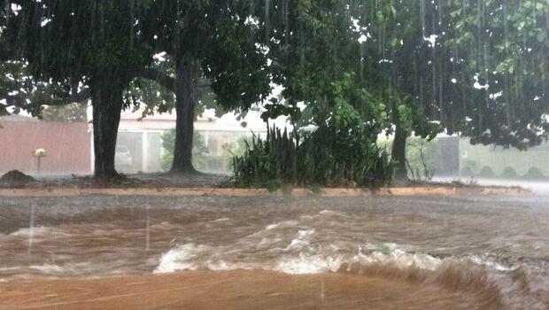 VÍDEO: Chuva no centro e região leste deixa Campo Grande em alerta; carro é visto boiando