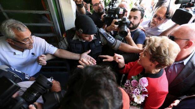 Juiz que impediu acesso da imprensa à seção eleitoral de Dilma usou rede social para criticar petist