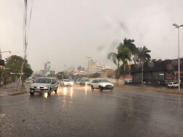 Forte chuva atinge Campo Grande e deve amenizar calor