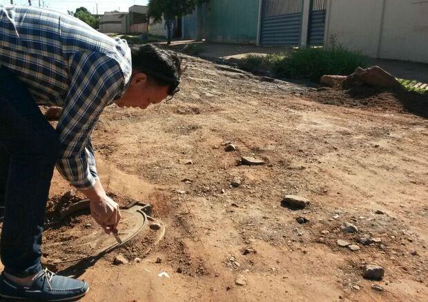 Moradores do Nova Lima voltam a criticar ausência de técnicos em rua interditada por cratera