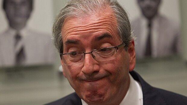 Mulher que acertou chinelada em Eduardo Cunha passa as noites no aeroporto
