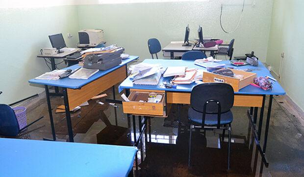 Vândalos incendeiam escola estadual e destroem móveis e documentos