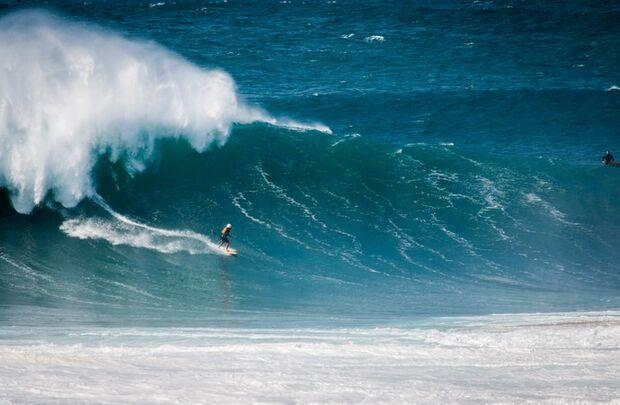 Em Nazaré, Gabriel O Pensador surfa onda de 9 metros ao lado de big riders