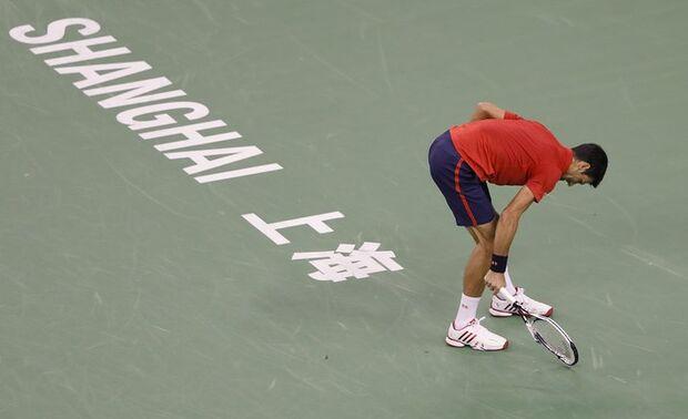 Djoko quebra raquete, rasga camisa, mas cai para Bautista em Xangai